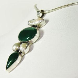 Agate verte et perle de culture nacre baroque