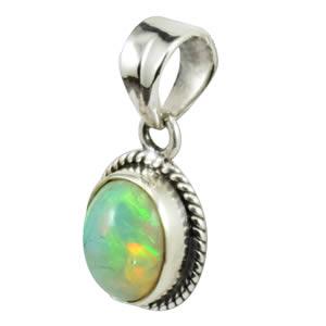 Opale blanche sur pendentif