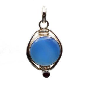Agate couleur bleue avec petit grenat