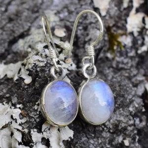 Petites boucles d'oreille avec des pierres de lune