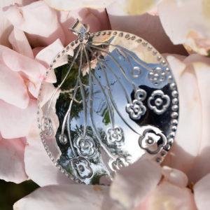 Pendentif tout rond avec motifs de fleurs