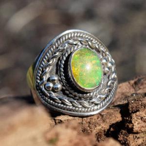 Opale blanche flammes multicolores dans la pierre
