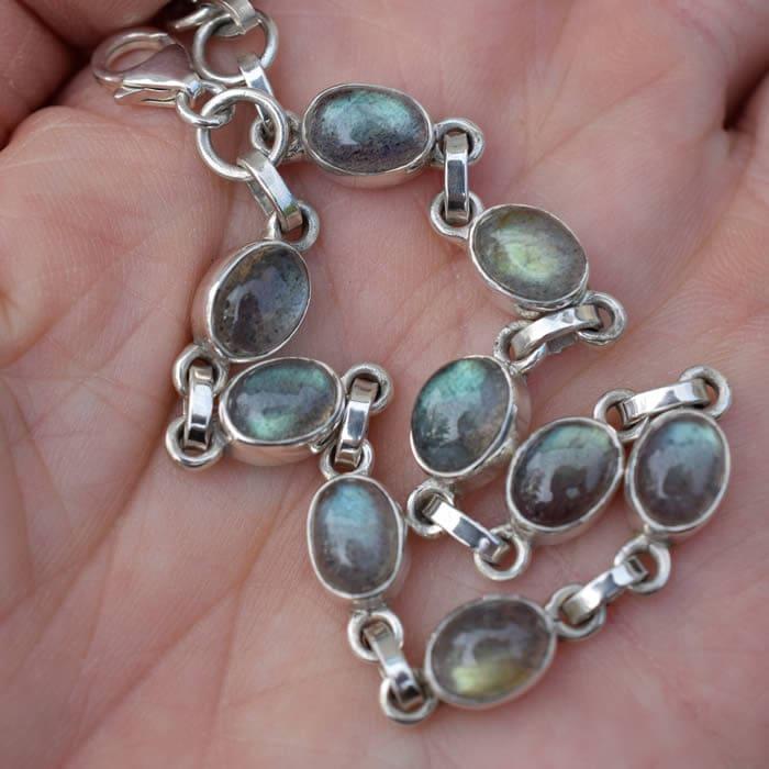 Bracelet en argent avec des cabochons de Labradorite