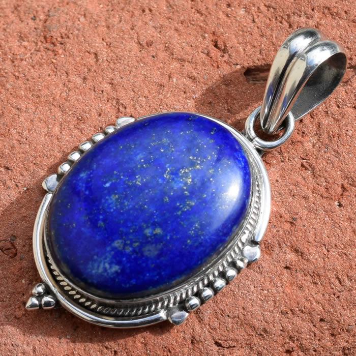 Beau lapis lazuli bleu roi avec inclusions dorées