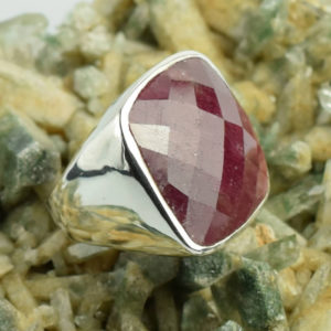 Grosse pierre rouge rubis indien bague