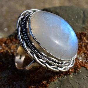 Gros cabochon de pierre de lune blanche reflets bleus