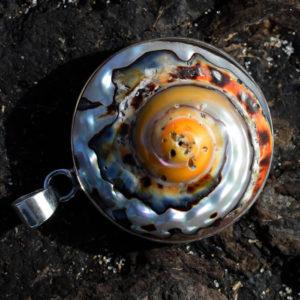 Beau coquillage nacré pendentif couleurs chaudes