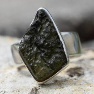 Moldavite brute montée sur bague en argent massif