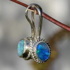 Boucles d'oreilles dormeuses avec opales bleues nobles