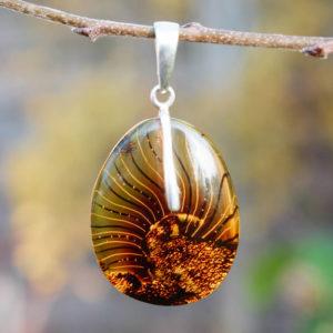 Symbolique attraction solaire gros morceau d'ambre