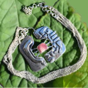 Collier création unique avec petite pierre rose