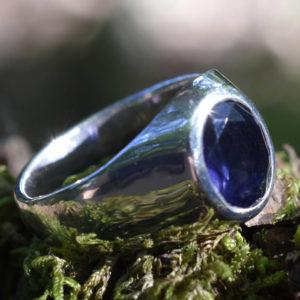 Chevalière homme classique pierre fine bleue cordiérite
