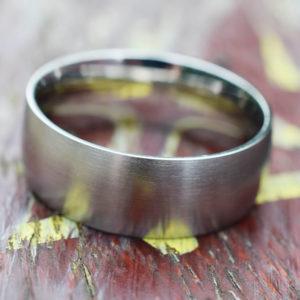 Un classique intemporel anneau large en acier brossé