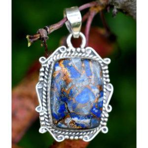 Cabochon constitué de petits morceaux de lapis lazuli
